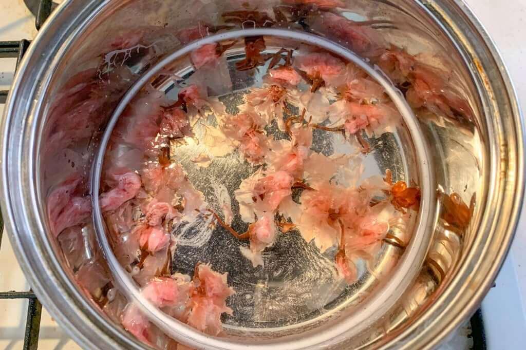 2019-03-16 14.59.10_桜を加える_桜甘酒レアチーズケーキ