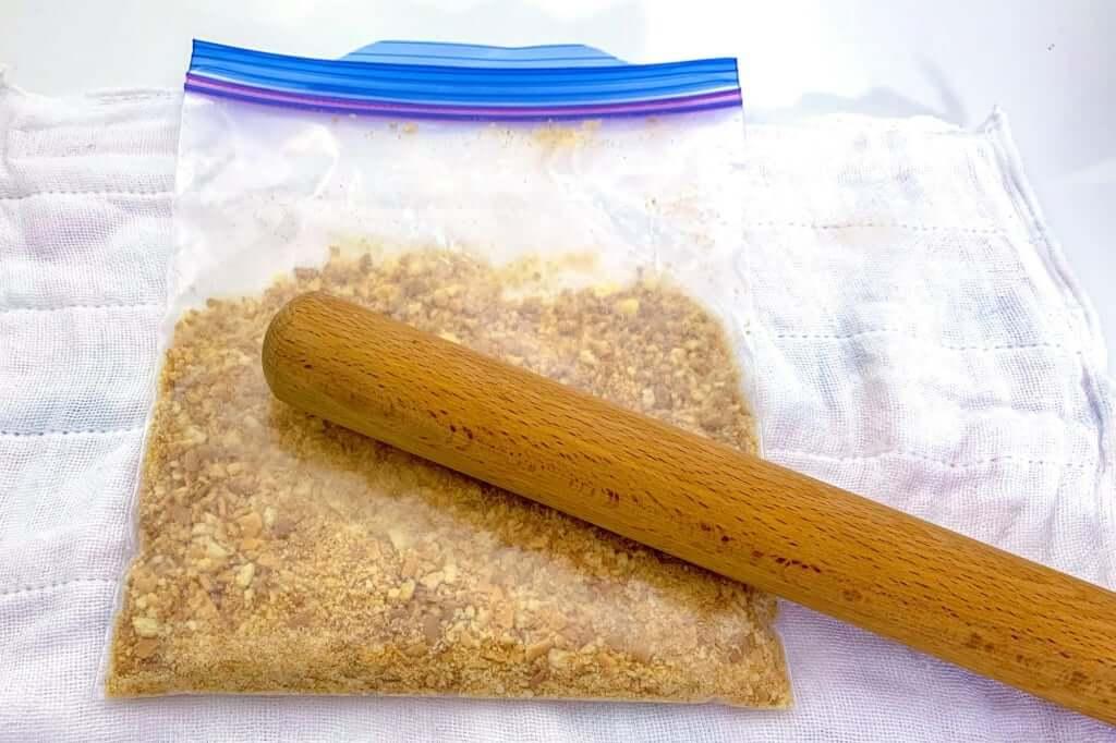 2019-03-16 14.24.12_ビスケットを砕く_桜甘酒レアチーズケーキ