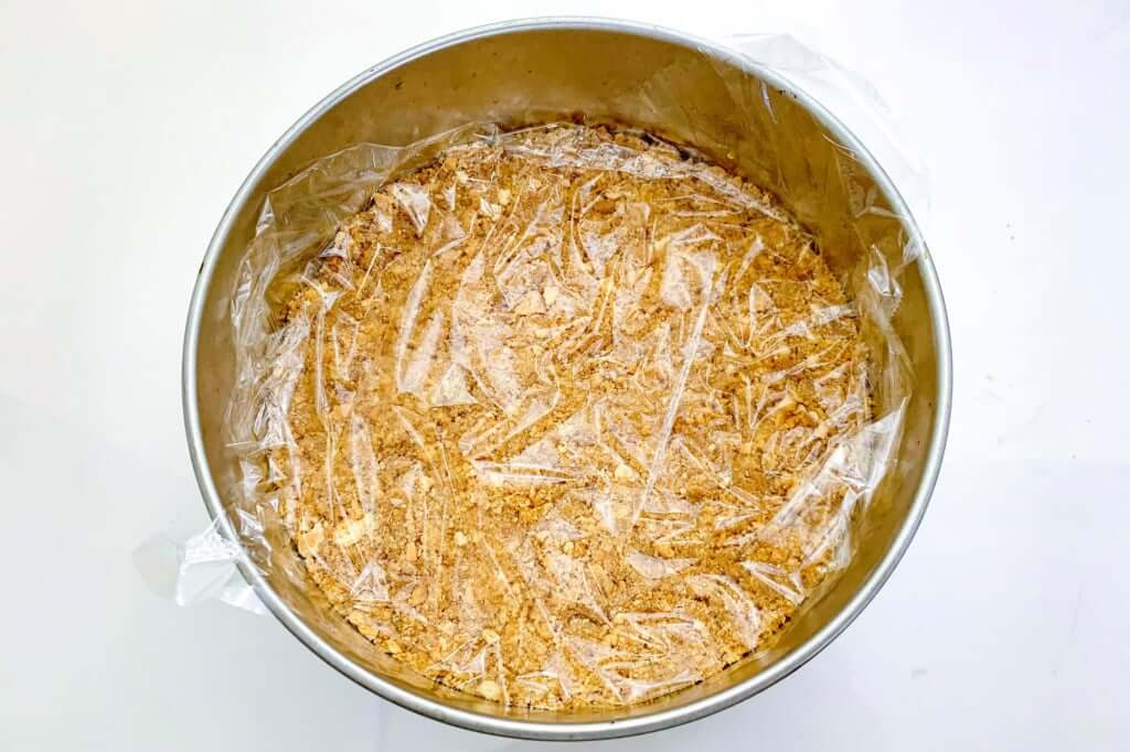 2019-03-16 14.30.10_型に敷き詰める_桜甘酒レアチーズケーキ