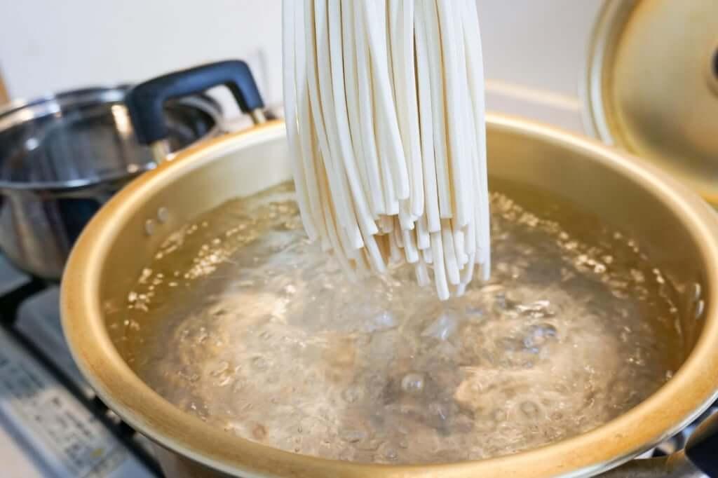 麺を鍋に入れる_田村うどん_お土産うどん_2019-04-29