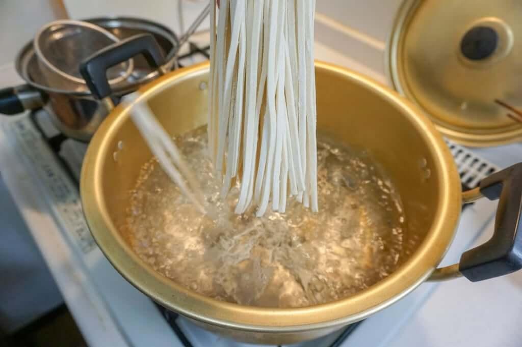 麺を鍋に入れる_おか泉_お土産うどん_2019-04-28
