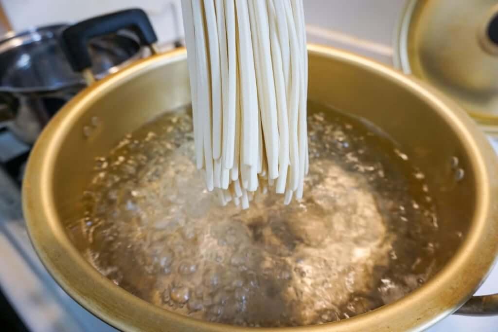 麺を鍋に入れる_山下うどん_お土産うどん_2019-04-29
