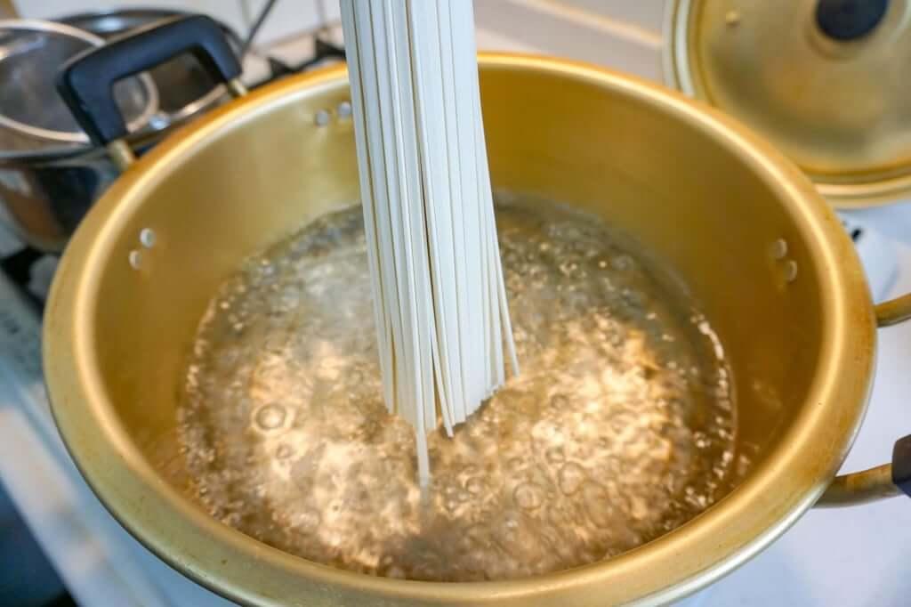 麺を鍋に入れる_うどん県のうどん_讃岐物産_2019-04-28