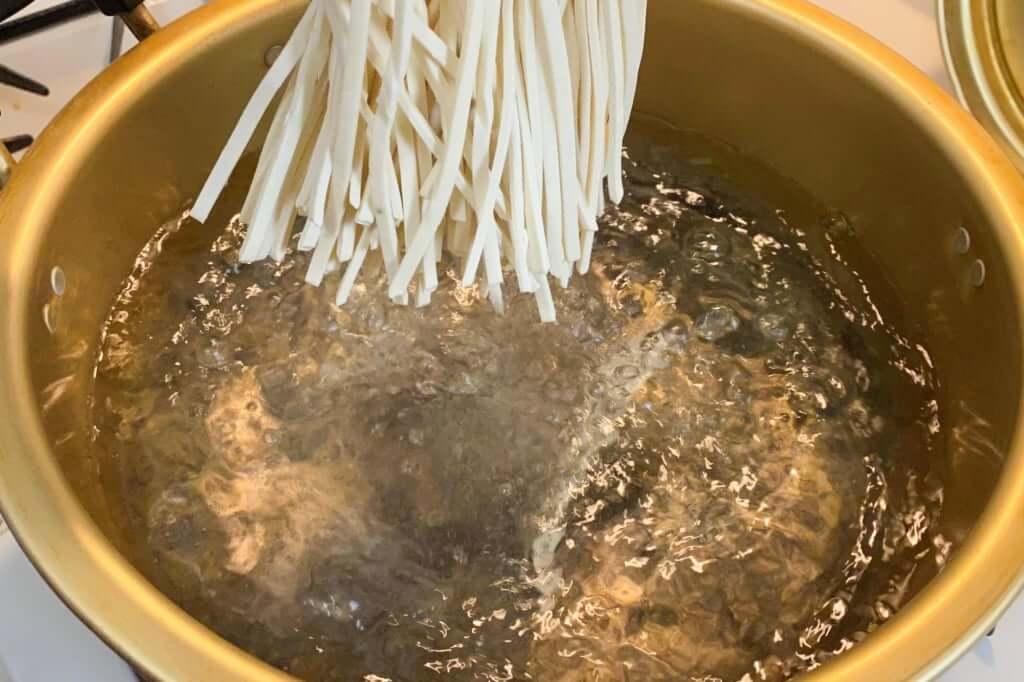 麺を投入_うどんバカ一代_2020-04-17