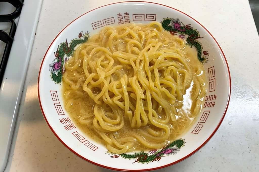 麺を器に入れる_ブタキング_豚増し味噌らーめん_2020-04-05