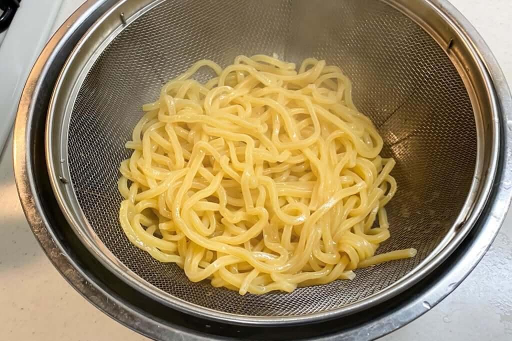 茹で上がった麺_ブタキング_豚増し味噌らーめん_2020-04-05