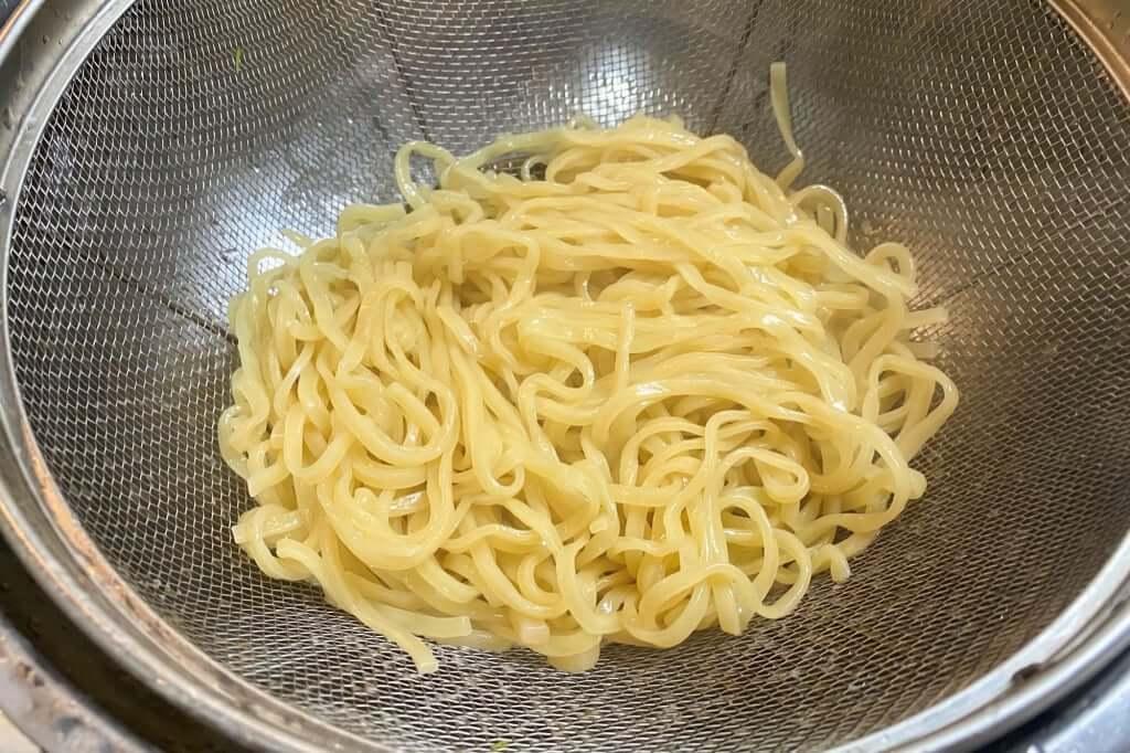 茹で上がった麺_中村商店_高槻本店_金の塩_2020-04-05