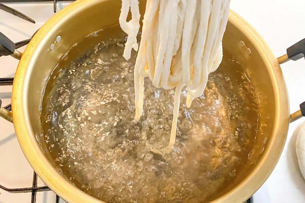 うどんを投入_日の出製麺所_2020-04-25