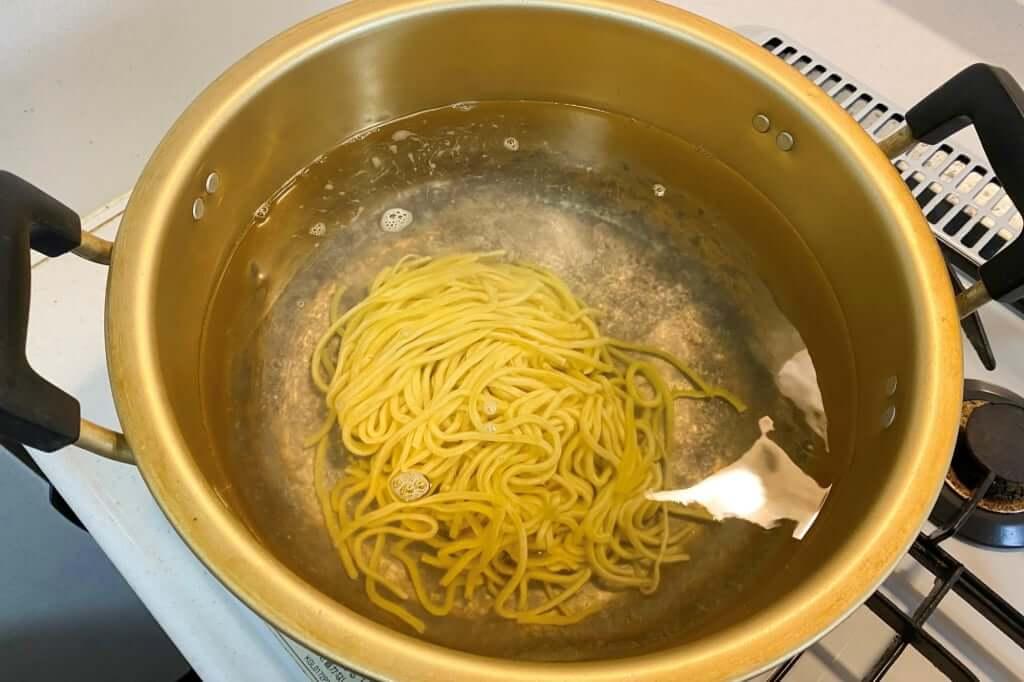 麺をゆがく_ブタキング_豚増し味噌らーめん_2020-04-05
