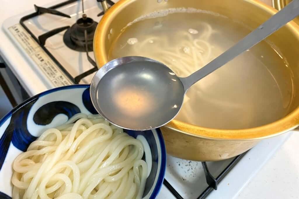 茹で汁を入れる_岡坂商店_2020-05-06