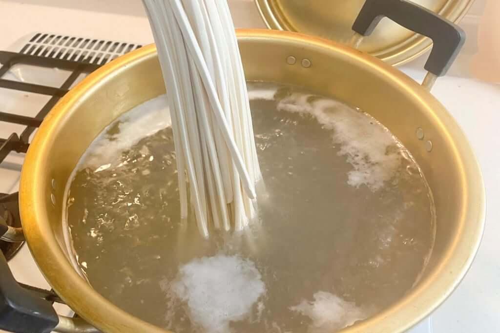 麺を入れる_こんぴらや_2020-04-25