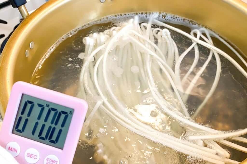 麺を茹でる_さぬきうどんの亀城庵_2020-05-06