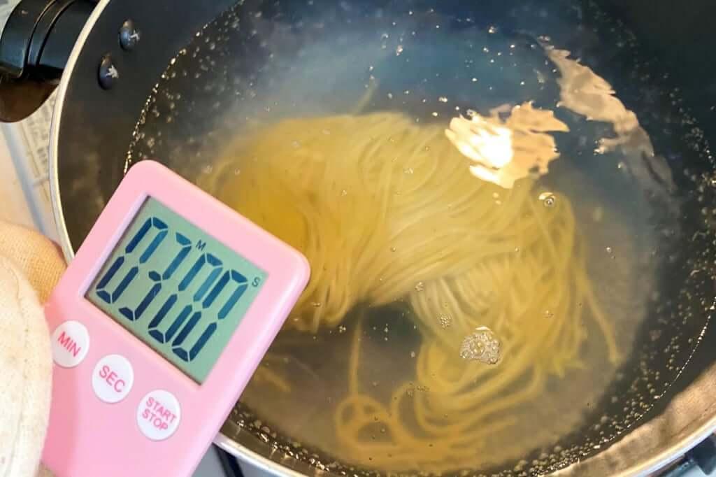 麺を茹でる_麺屋KENJU 醤油ベジ・ハーブラーメン_2020-05-02