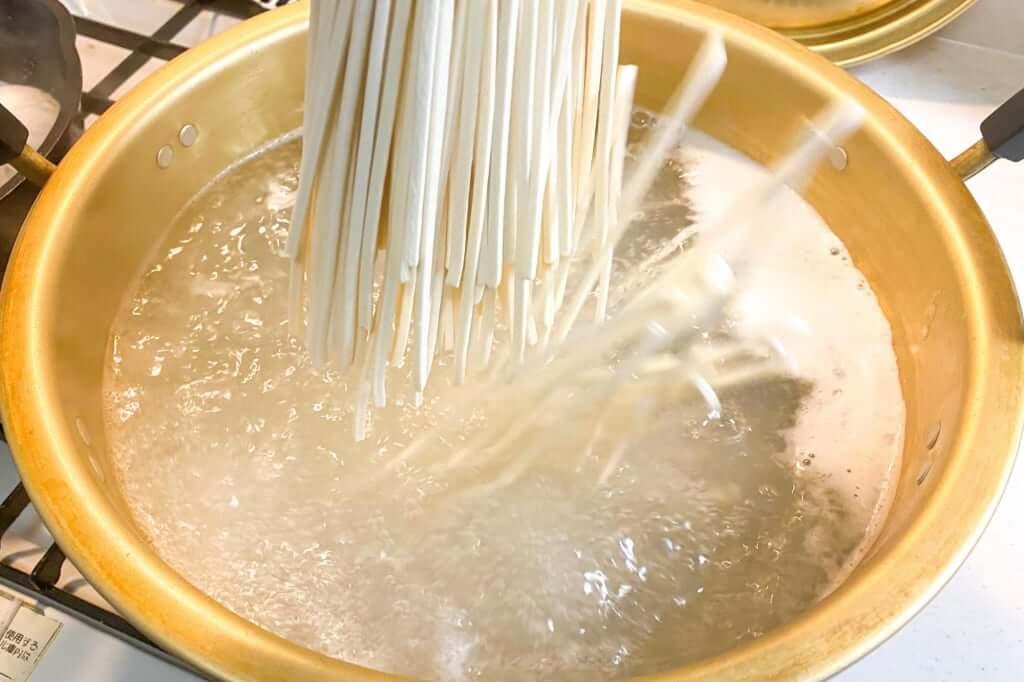 麺を鍋に入れる_五右衛門黒カレーうどん_2020-05-11