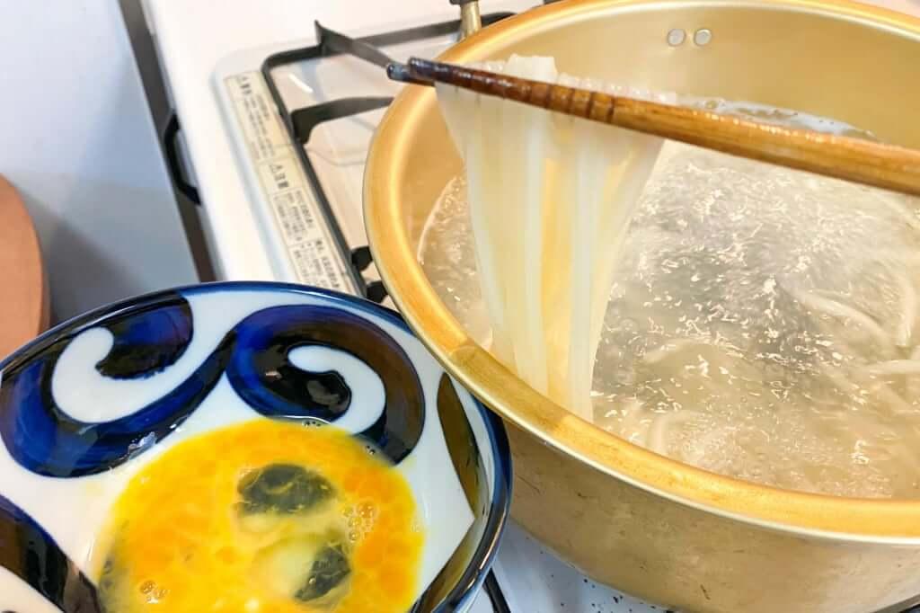 丼に麺を入れる_さぬきうどんの亀城庵_2020-05-06