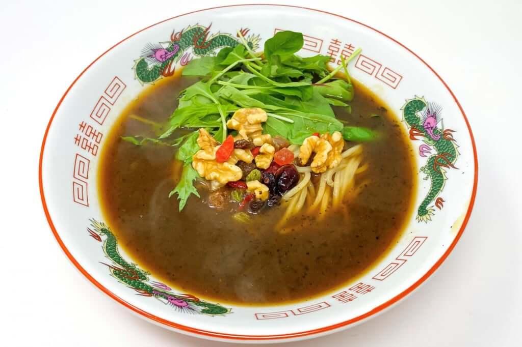 スープを入れる_麺屋KENJU 醤油ベジ・ハーブラーメン_2020-05-02