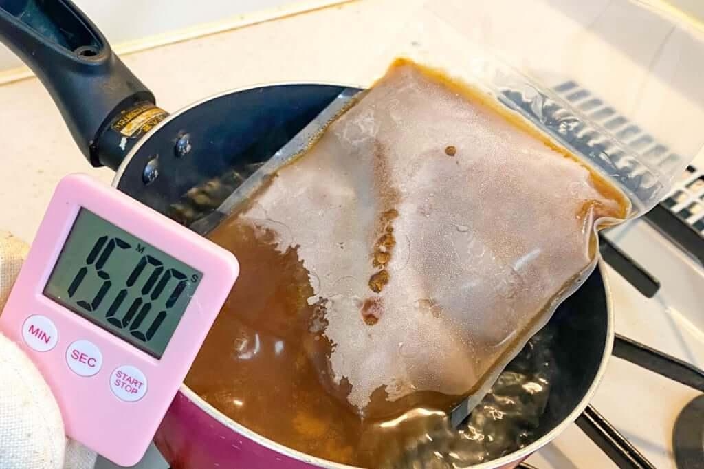 スープを湯煎する_麺屋KENJU 醤油ベジ・ハーブラーメン_2020-05-02