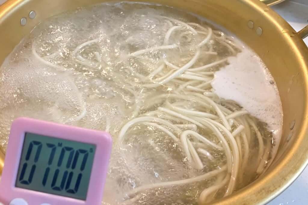 麺を茹でる_五右衛門黒カレーうどん_2020-05-11