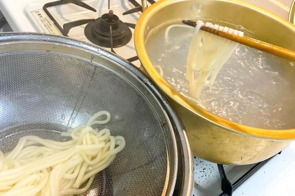 麺をざるにとる_さぬきうどんの亀城庵_2020-05-06