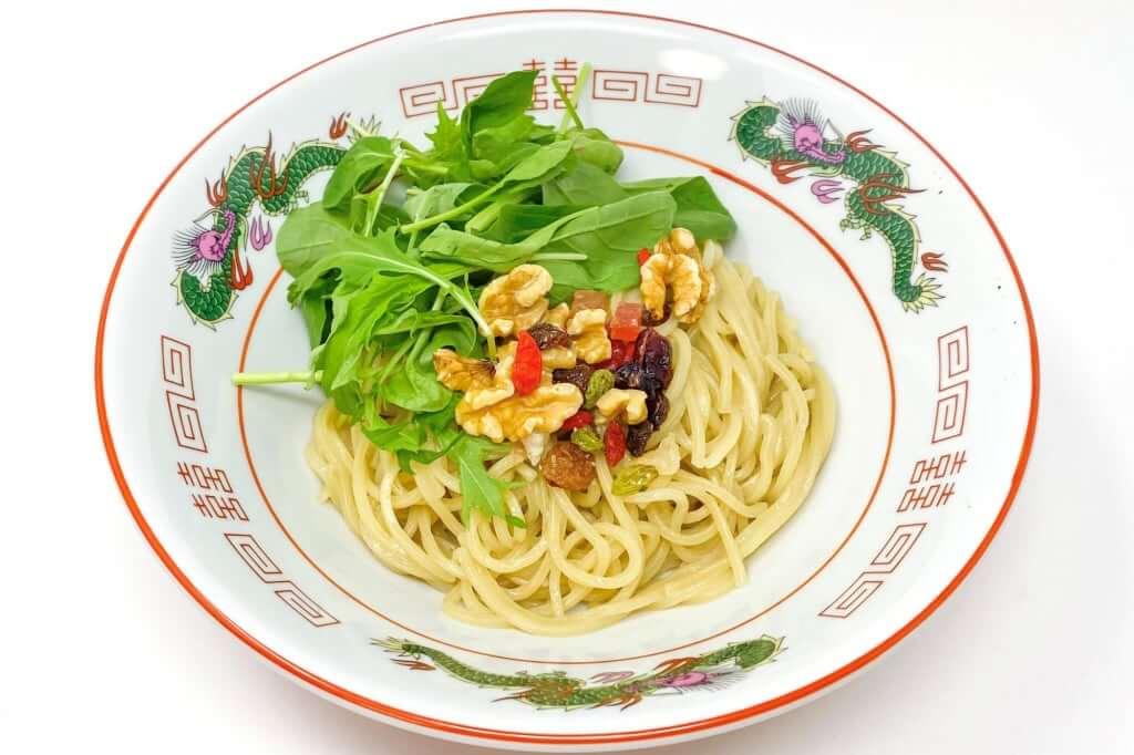 盛り付ける_麺屋KENJU 醤油ベジ・ハーブラーメン_2020-05-02