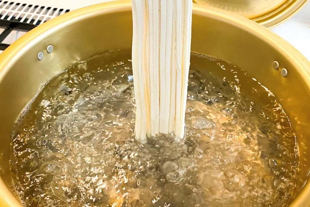 麺を投入_さぬきうどんの亀城庵_2020-05-06