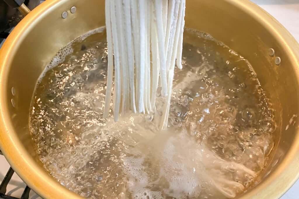 麺を投入_カルディ_もへじ_讃岐のうどん_半なまつゆなし_2020-05-11