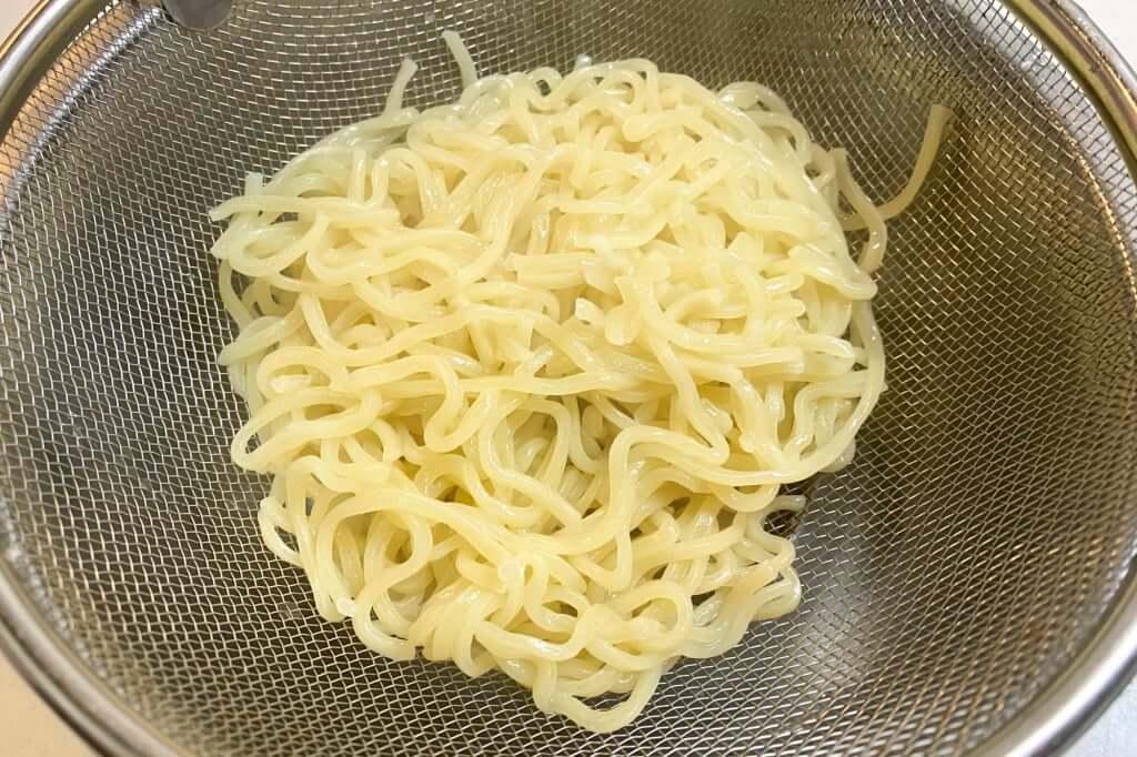 麺をザルにあげる_まつおぶし_らーめん_2020-06-25
