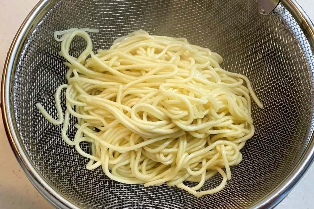 茹で上がった麺_本家 第一旭 新宿店 ラーメン_2020-06-07