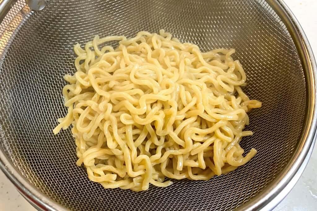 麺をザルにとる_無鉄砲_とんこつラーメン_2020-06-09