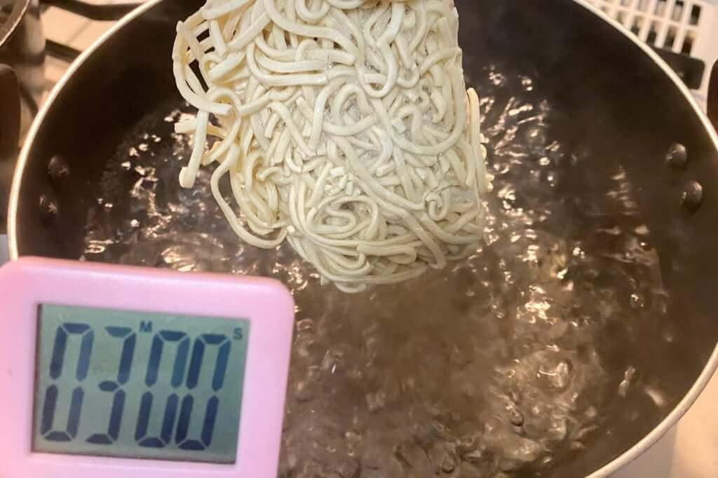 鍋に麺を入れる_まつおぶし_らーめん_2020-06-25