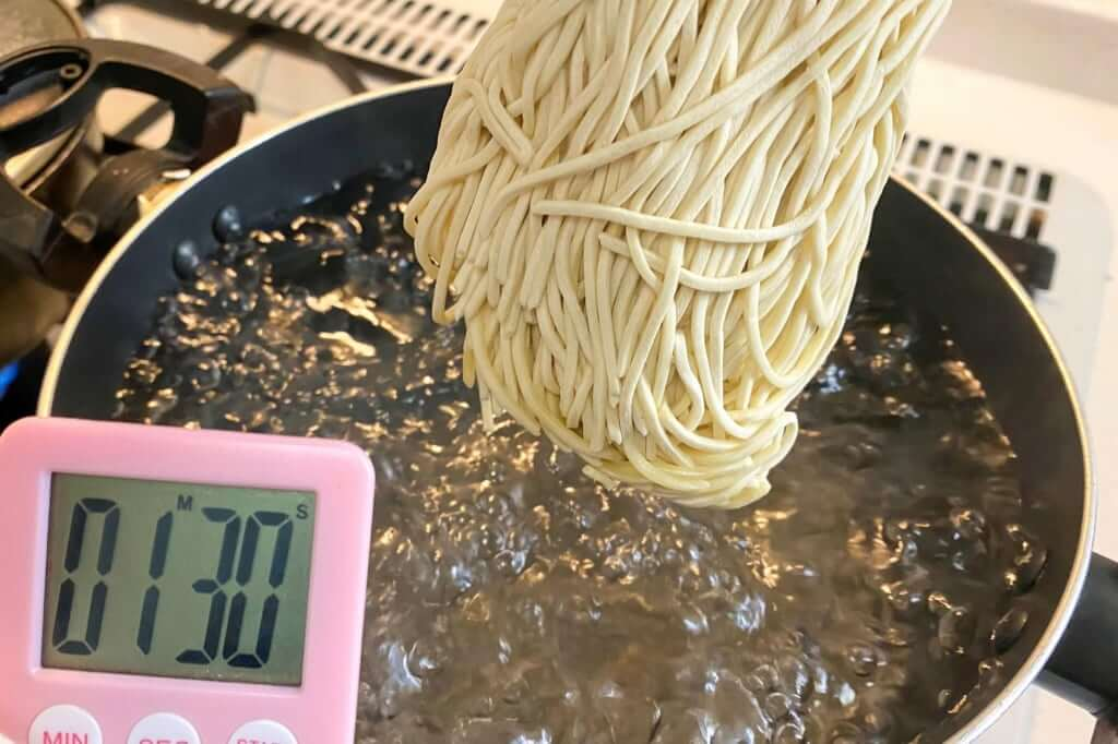 麺を茹でる_本家 第一旭 新宿店 ラーメン_2020-06-07