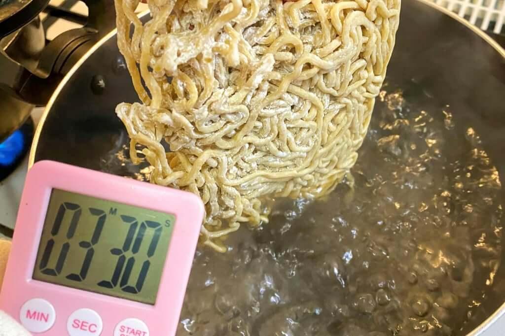 麺を茹でる_無鉄砲_とんこつラーメン_2020-06-09