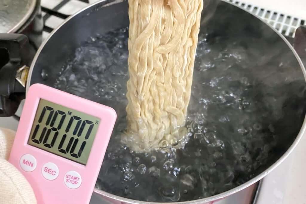 麺を茹でる_雷そば_雷本店_宅麺_2020-09-17