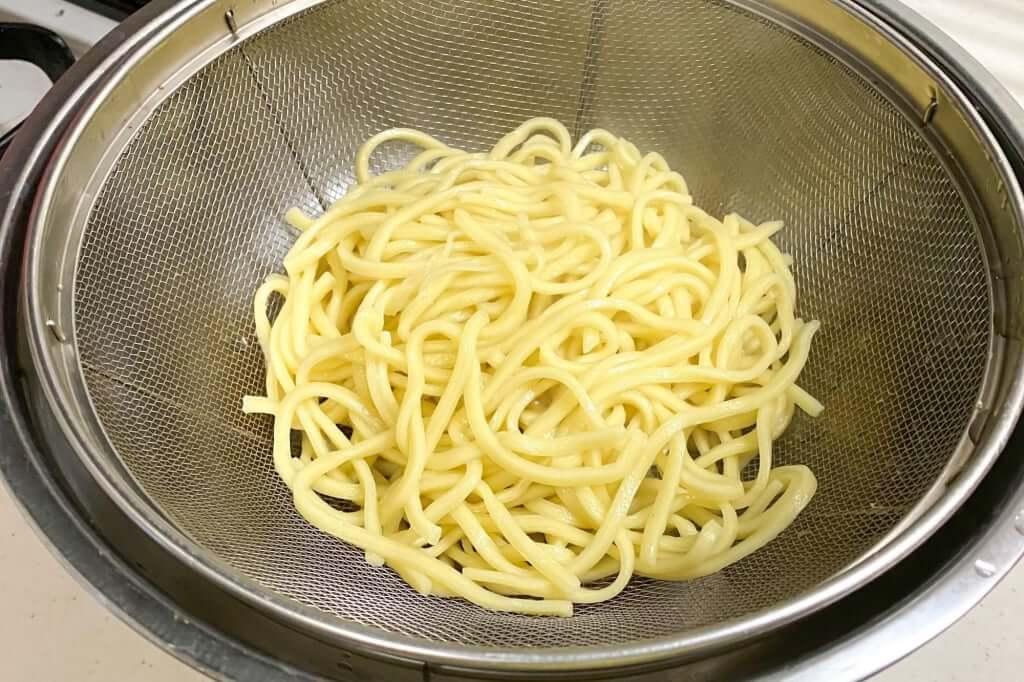 麺をザルにあげる_暴君RA-MEN_横浜家系作田家_宅麺_2020-09-21