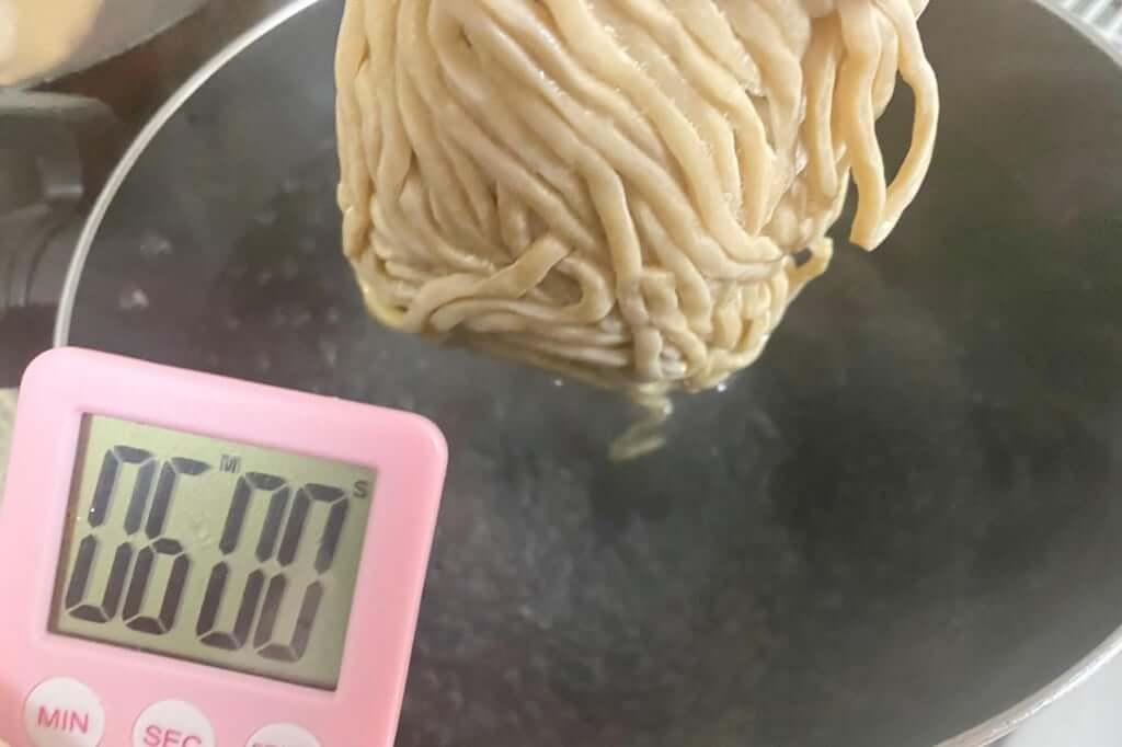 麺を茹でる_らーめん_バリ男_2020-10-06