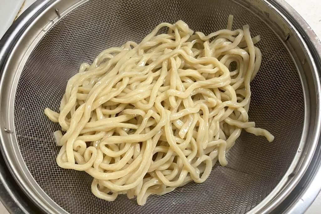 麺をザルにあげる_らーめん_バリ男_2020-10-06
