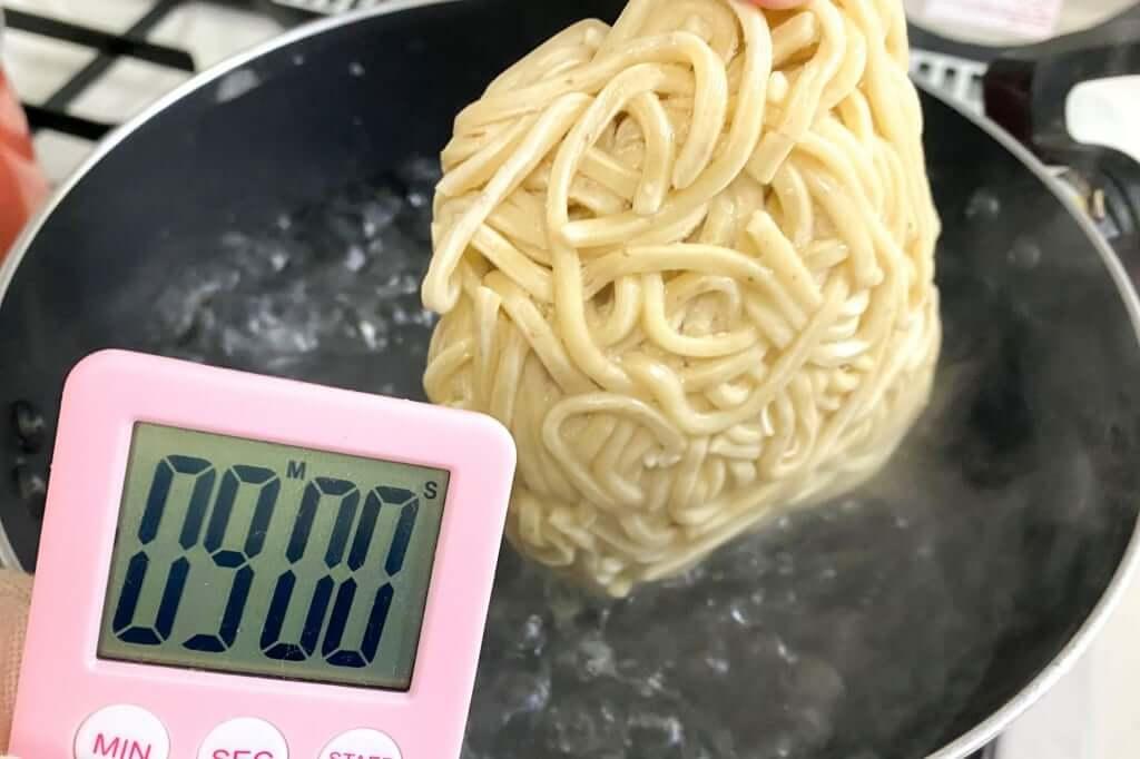 麺を茹でる_汁なし担々麺_自家製麺ほうきぼし_2020-10-28