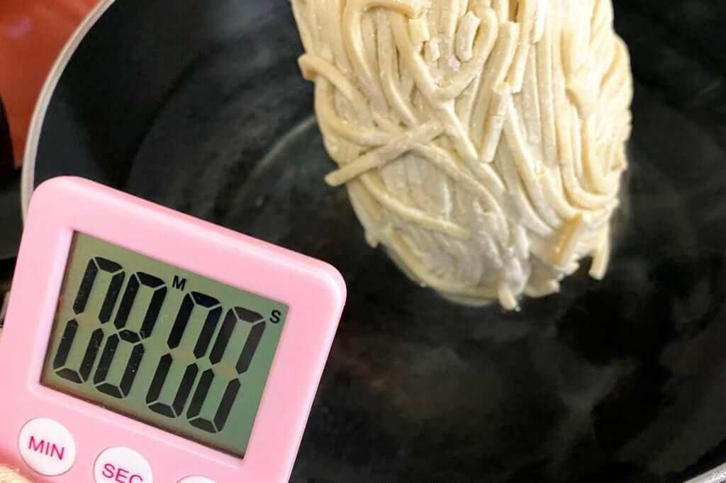 麺を茹でる_つけ麺専門店三田製麺所_灼熱つけ麺_2020-11-17