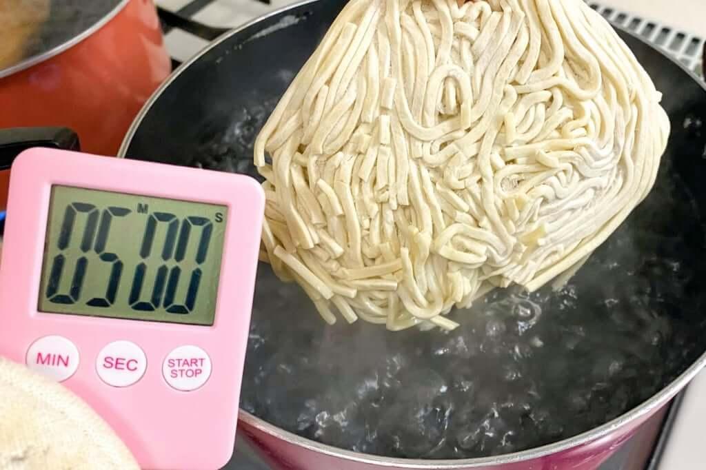 麺を茹でる_麺処_井の庄_辛辛魚つけめん_2020-11-24