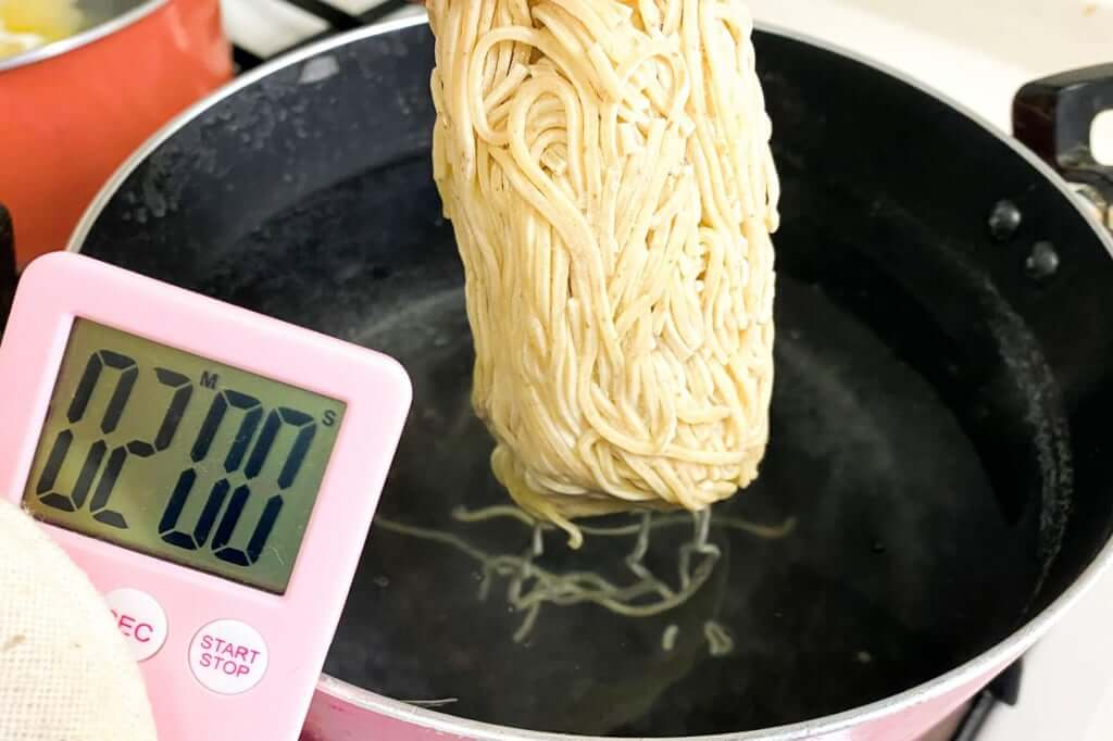 麺を茹でる_麺処_若武者_濃厚福島鶏白湯_2020-12-27