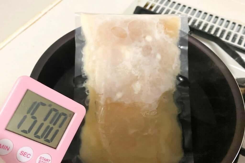 スープを湯煎する_麺処_若武者_濃厚福島鶏白湯_2020-12-27