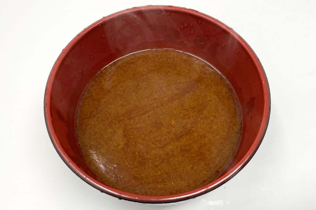 器にスープを入れる_つけ麺専門店三田製麺所_灼熱つけ麺_2020-11-17