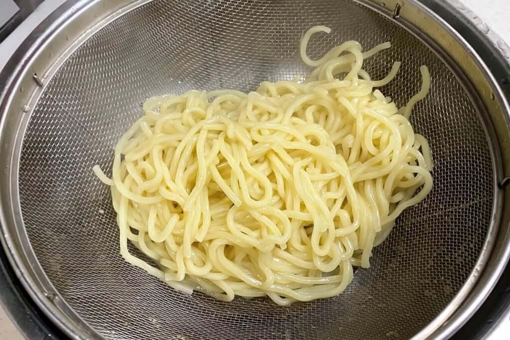 麺をざるにあげる_麺処_井の庄_辛辛魚つけめん_2020-11-24