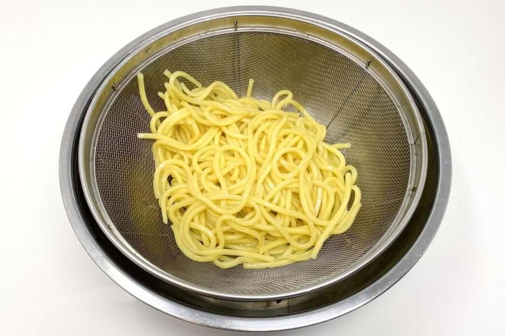 麺をざるにあげる_味噌麺処_花道_辛味噌ラーメン_2020-12-27