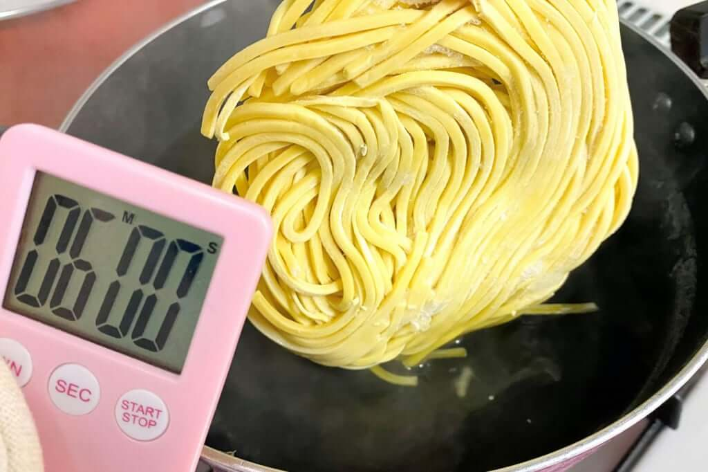 麺を茹でる_味噌麺処_花道_辛味噌ラーメン_2020-12-27