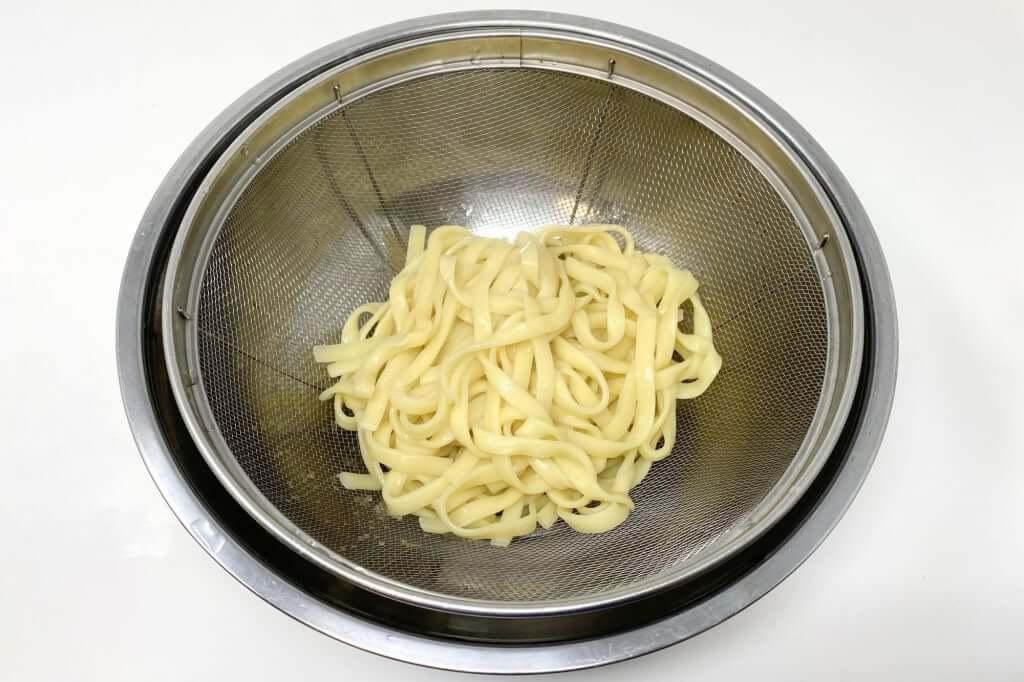 麺をざるにあげる_麺屋音別邸_炙り濃厚味噌_2020-12-27
