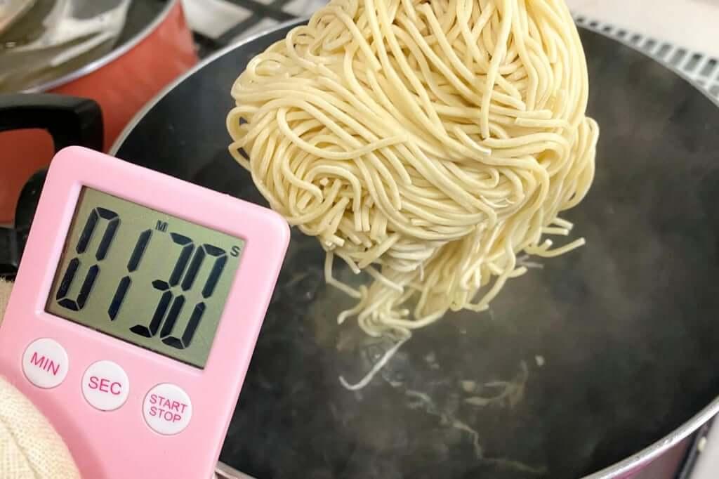 麺を茹でる_八雲_特製ワンタン麺_白_2020-11-24