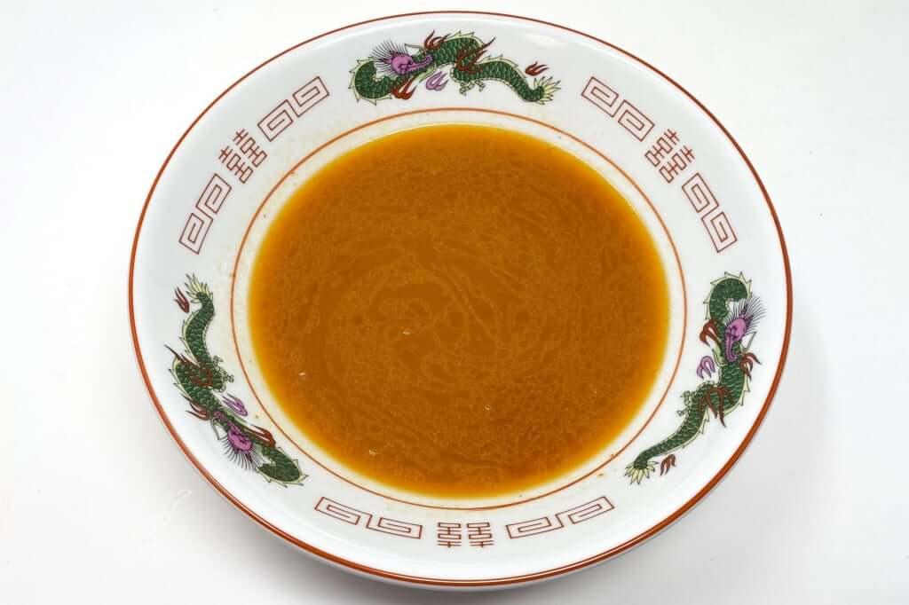 器にスープを入れる_味噌麺処_花道_辛味噌ラーメン_2020-12-27