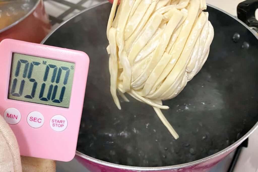 麺を茹でる_麺屋音別邸_炙り濃厚味噌_2020-12-27