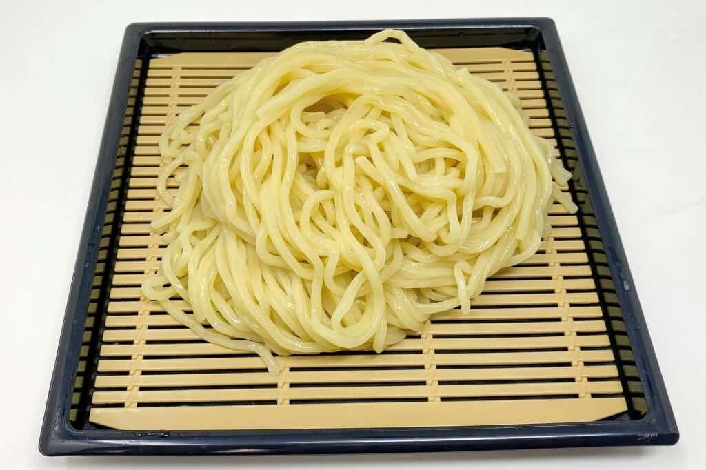麺をざるに盛り付ける_麺処_井の庄_辛辛魚つけめん_2020-11-24